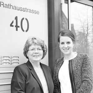 Rechtsanwälte Kallus und Einarsson vor Gebäude